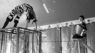 Kalame(Cie Al Kopaninum - cirque musique) http://ciealkopaninun.wix.com/ Une (première) création d'Al' Kopaninun. Deux jeunes femmes. Deux cents kilos de métal. A deux mètres du sol : une cage de fer et un fil d'acier. En suspension dans l'air: deux accordéons et l'issue d'une légende. Ça se passe en noir et blanc. Il y a deux personnages dont un n'existe pas à moins qu'il soit des deux le seul à être vrai. KALAME est un spectacle familial de nouveau cirque qui mêle la contorsion, le funambulisme, la danse, le théâtre, et la musique (chant et accordéon). Dedans il y a : un alphabet tenu secret des vies qui durent mille ans des robes qui dansent le soir un animal humain ou peut-être le contraire Dedans il y a surtout un tatouage noir qui marche de par le monde. Il est plus vieux que le désert, il transmet le secret d'un peuple et il est dessiné sur la peau d'une jeune femme. Elle ne sait rien de lui mais toute sa vie lui est dédiée. Sauf la Nuit. KALAME est une légende, un conte initiatique, une danse rituelle et un poème. Il est l'histoire de Soleyade Boabdil, qui vécut mille journées à l'ombre d'une seule nuit.