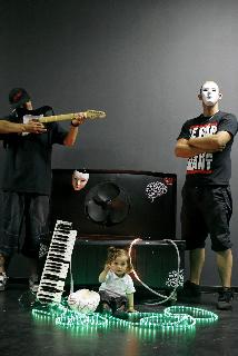 Nous ! bizarre by Alive Kill(bad poetry, strange music, disturbing moves) http://nousbizarre.com/ AliveKillgroupe iconoclaste par excellence. Un hip-hop steampunk hors du temps et décalé. De la ballade à la noise la plus lourde en passant par des sonorités hypnotiques. Musiciens, vidéastes, plasticiens, photographes, gravitent, contribuent, participent, réfléchissent. Sombre , limpide , sale et oisif …. pour eux ,réalisme, inventivité , générosité sont les maîtres mots au service d'un discours contextuel ! Des textes prêts à en découdre avec la chanson française , thèmes parfois curieux , l'idée que le monde s'écroulera bien s'insinue au fur et a mesure que vous comprenez que ce sera indolore et plein d humour. Profitez-en. AliveKillvous transporte loin ,sans repères , avec plaisir et passion.
