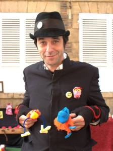 Atelier Păpușar (atelier marionnette - cie la Mitaine) - http://lamitaine.jimdo.com - Fabriquer un personnage et lui donner vie. Une personne se présente, choisit une tête, des yeux… fabrique son personnage avec les bidouilles sur place et utilise le théâtre pour s'exprimer, déclamer une poésie, crier… ou dire tout simplement bonjour sur un air de ukulele.