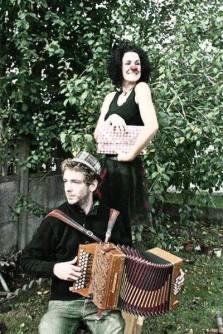 """Duoaccordéonez (clown) - D'après les textes de René de Obaldia """"fantasmes de demoiselles"""", Minouche la clown s'interroge sur l'homme et part à sa recherche. Accompagné de son acolyte à l'accordéon diatonique, ce duo vous transporte joyeusement avec musique, humour et amour dans la quête du bonheur !"""