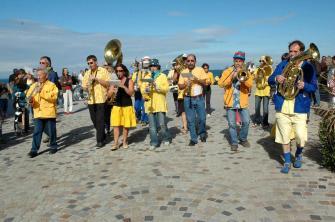 Fanphar'à iode - http://fanphar-a-iode.e-monsite.com/ - L'associationFanphar'à Iodeest basée à Dahouët, Côtes-d'Armor, une bande d'amis de tous sexes qui tentent de faire partager leur bonne humeur et leur répertoire varié. Les couleurs de la fanfare sont le bleu et le jaune, par référence à l'aspect perpétuellement lumineux de notre ciel breton et à l'appétence de certains de nos membres pour une boisson anisée (d'autres thèses historiques existent mais ne sont guère crédibles).