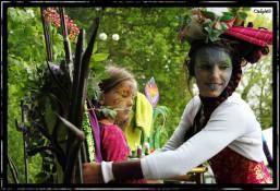 I Galadhrim (maquillage - le peuple des arbres) - Meleth, une elfe grandissime venue de la tribu des I Galadhrim, grime la féerie des arabesques sur les visages sans âges. Dans son édifice mirifique habité par les sylphes de la forêt, elle transporte les visiteurs dans un autre temps, sur les flots enchantés de l'imaginaire... Et les plus héroïques qui osent grimper dans l'arbre magique pour un moment d'éternité avec l'elfe Meleth en ressortent transformés ... Qui est le personnage de Meleth ? Azelle avec deux ailes, artiste comédienne, échassière depuis de longues années. Son concept, un personnage (elfe) sur échasses et une chaise de 1m80 de haut. Le public s'y installe pour ce faire grimer. Le maquillage, elfique, sur le thème des 4 éléments. Devenez tour à tour, gardien(ne) ou guerrier(e), de l'eau, du feu, de l'air ou de la terre mais aussi des fleurs, des papillons, de la nature...