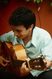 Juan-Manuel Vasquez(musique populaire d'Amérique latine) - http://vazquezjuanmanuel.blogspot.fr - Juan Manuel Vazquez est né le 16 juillet 1984 à Buenos Aires, en Argentine. Il s'est formé au conservatoire supérieur de musique « Manuel de Falla ». Chanteur et guitariste, il a étudié avec Garbis Adiamanian avec qui il s'est construit une solide technique vocale. Il s'est d'abord dédié au Tango. Aujourd'hui, il s'est orienté vers la musique populaire d'Amérique latine et interprète l'oeuvre de grands auteurs populaires de ce continent. Il a ainsi partagé la scène de grands chanteurs comme Alfredo Piro, Horacio Fontova, Hugo Marcel, Lidia Borda, María Graña y Walter « El Chino » Laborde. Il s'est produit en Uruguay (Carmelo y Montevideo), au Chili (Valparaíso y Viña del Mar), en France (Bretagne, Grenoble, Sète, Lyon et Toulouse) et en Espagne (Barcelone).