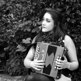 Leila (solo accordéon chanson) - Leila interprète à l'accordéon diatonique des musiques traditionnelles, des musiques de l'Est, ainsi que des valses et quelques morceaux réalistes, en espérant vous voir parmi nous durant les prochaines soirées musicales estivales !