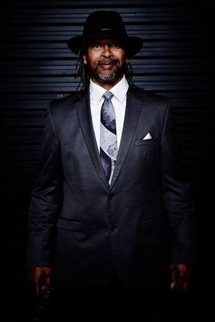 """Steven B Francis (soul) Steven,chanteur compositeur, interprète, guitariste. Né à Harlem dans une famille de musiciens, Steven Barrington Francis commence la batterie et le chant à l'âge de 5 ans. Bercé par des courants musicaux très variés (de James Brown aux Beatles, en passant pas les rythmes folkloriques Jamaïcains) très tôt il fonde avec ses 2 frères son premier groupe de musique «The 3 O'clock Shadows». Adolescent, il crée deux autres groupes """"BCF """"(Acronyme de Brothers, Cousins and Friends) et """"VISION"""". Tous brassent des airs Rock, Pop, Blues and Jazz… Généreux sur scène, ses collaborations musicales se multiplient : ELLIOT SHARP, MARK RIBOT, musiciens de Lower East Side Manhattan NYC pour ne citer qu'eux. En 2007, il s'installe dans les Côtes d'Armor et se produit en solo (guitare et chant) dans différents bars. C'est alors qu'il va croiser le chemin de Hanzel, guitariste Cubain qui se produit dans la région après avoir lui aussi voyagé pas mal, notamment en Chine, loin de son Cuba natal. Pour la fête du Valais, Steven nous interprètera quelques chansons de son répertoire en solo."""