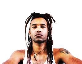 """Chaek (ethno, nomad, blues, world) Chaek Yussufa Sylla alias Chaek est un artiste indépendant qui écrit compose et interprète un blues teinté de World, de soul et de rock. La voix puissante et envoutante de Chaek associée à un son de Guitare Dobro organique dessinent les contours d'un univers à la fois singulier et familier. Chaek est accompagné par David Jacob (Trust, Ileen Barnes...) à la basse et au chant, et Thomas Calegari (Svinkels, Claire Keims, Clinique du Dr Schultz) à la batterie, ensemble, ils invitent à partager avec eux le """"Bon Temps"""" d'un voyage positif et universel. L'album à venir """"Grands Steps"""" est un bijou musical fièrement porté par Chaek, David & Thomas. Profitez, prenez une profonde respiration, et faisons ensemble un Grand Pas! http://www.chaekmusic.com/"""