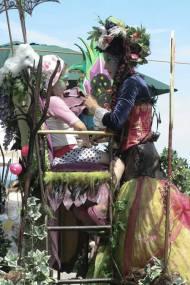 I Galadhrim (maquillage – le peuple des arbres) – Meleth, une elfe grandissime venue de la tribu des I Galadhrim, grime la féerie des arabesques sur les visages sans âges. Dans son édifice mirifique habité par les sylphes de la forêt, elle transporte les visiteurs dans un autre temps, sur les flots enchantés de l'imaginaire… Et les plus héroïques qui osent grimper dans l'arbre magique pour un moment d'éternité avec l'elfe Meleth en ressortent transformés … Qui est le personnage de Meleth ? Azelle avec deux ailes, artiste comédienne, échassière depuis de longues années. Son concept, un personnage (elfe) sur échasses et une chaise de 1m80 de haut. Le public s'y installe pour ce faire grimer. Le maquillage, elfique, sur le thème des 4 éléments. Devenez tour à tour, gardien(ne) ou guerrier(e), de l'eau, du feu, de l'air ou de la terre mais aussi des fleurs, des papillons, de la nature…