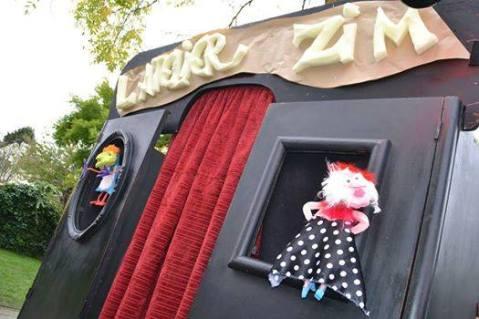 Atelier ZIM (marionnettes - cie la Mitaine) - Atelier Păpușar (atelier marionnette – cie la Mitaine) –http://lamitaine.jimdo.com– Fabriquer un personnage et lui donner vie. Une personne se présente, choisit une tête, des yeux… fabrique son personnage avec les bidouilles sur place et utilise le théâtre pour s'exprimer, déclamer une poésie, crier… ou dire tout simplement bonjour sur un air de ukulele.