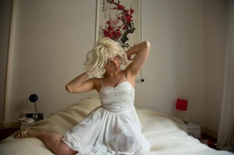 Kabaret, par Marzena Krzeminska et Simon Tanguy - cabaret précaire - Une artiste polonaise rencontre le danseur breton. Ils se livrent à un cabaret oscillant entre le répertoire folklorique polonais et Whitney Houston. Ce concert restera peut-être dans les mémoires de la plage du Valais.