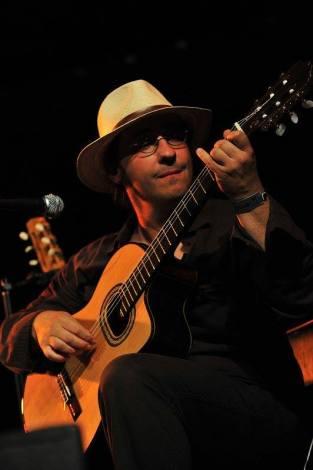 Alban Schäfer (Voyage au coeur de la guitare brésilienne) - Guitariste autodidacte, Alban Schäfer se passionne depuis plusieurs années pour les musiques brésiliennes. Il a notamment accompagné des artistes comme Mariana Caetano, Lucie Baron ou encore l'accordéoniste Karine Huet. Il joue régulièrement dans les différentes Roda de Choro organisées en Bretagne. Pédagogue, il organise régulièrement des stages autour du choro. Dans ce répertoire solo, il traverse toute un pan de l'histoire de la guitare brésilienne, du 19ème au 20ème siècle en revisitant des compositeurs tels que Villa-Lobos, Garoto, Tom Jobim...