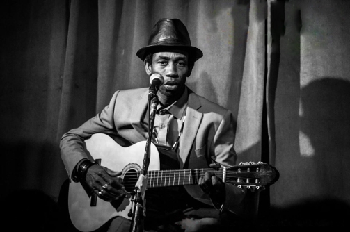Cheikh et le Baol Band (afrobeat) - Cheikh vient de la région de Diourbel au Sénégal où il a commencé à chanter à 11 ans. Il a été choriste dans 67 albums dont ceux de Papis Konaté et a travaillé pour différents labels comme ceux de Prince Youssou N'Dour, Origine SA, Sangaro extra... Avec sa voix afro acoustique, il fait partager à son public la culture sénégalaise. Il vous propulse aussi vers d'autres horizons tels que le reggae, la soul, le funk et bien sûr la World Music.