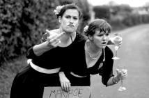 Jeanne et Gabrielle (Compagnie Chon) - Jeanne et Gabrielle sont douées en rien mais convaincues de savoir tout faire : magiciennes, témoins de mariages etc... elles tentent des expériences https://www.facebook.com/LaCompagnieCHON/