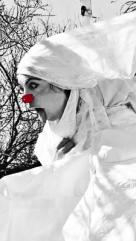 Sésame (cie Dzaar) - C'est une clown qui voyage dans sa robe de mariée. Elle sait qu'elle est promise mais pas vraiment à quoi. Elle aurait voulu mieux mais c'est comme ça la Vie. Elle se pose des questions Sur l'Amour, Et le Sexe, Et la Vie, Et la Mort, Tout ça qui fait beaucoup pour une seule Lady-Clown. Alors elle fait appel à la mémoire de celles qui vivent au dedans d'elle. Elle a dans ses bagages un gros paquet de siècles, l'ombre d'un calamar, l'empreinte d'un amour et le rêve d'un orgasme....